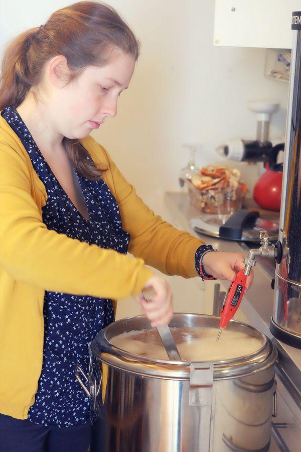 """Lucile Gravelle a commencé à brasser sa propre bière dans une cocotte """"à la maison"""" avant de se lancer pour en faire son métier"""