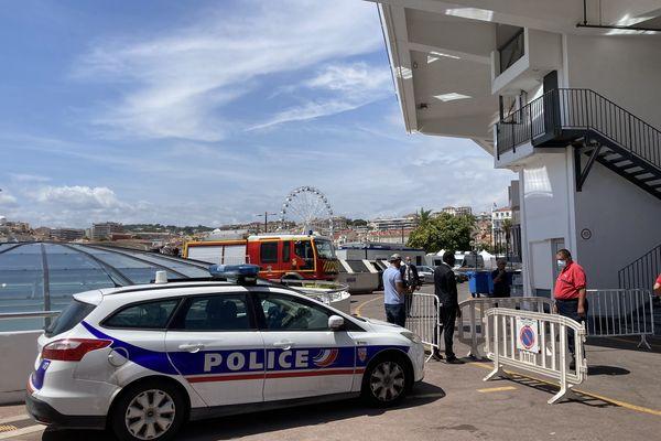 Des véhicules de police et de pompiers aux abords du palais.