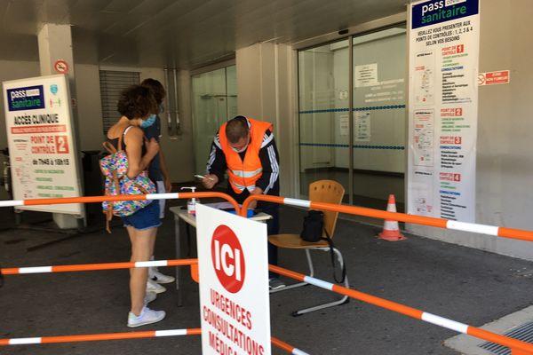 A l'entrée de la polyclinique de Limoges, visiteurs et patients non-urgents doivent montrer leur pass sanitaire