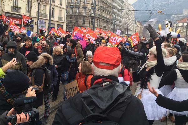 Les manifestants défilant contre la réforme des retraites vendredi 24 janvier à Grenoble.