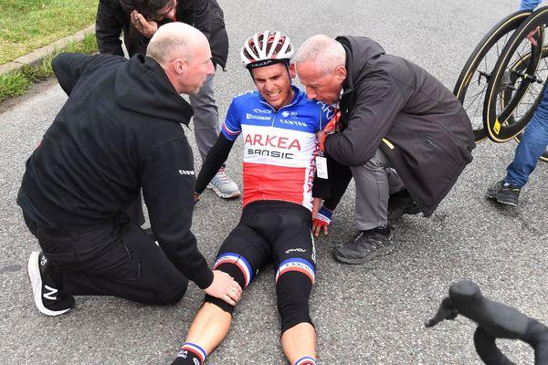 Warren Barguil à terre après sa chute lors du Paris-Nice 2020.