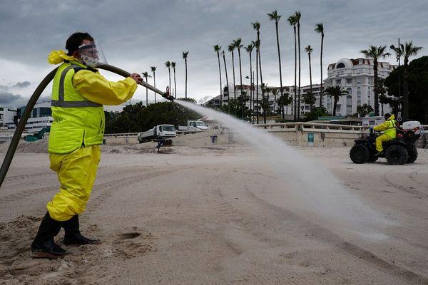 Désinfection des plages de Cannes le 29 mai pour préparer leur réouverture le 2 juin.