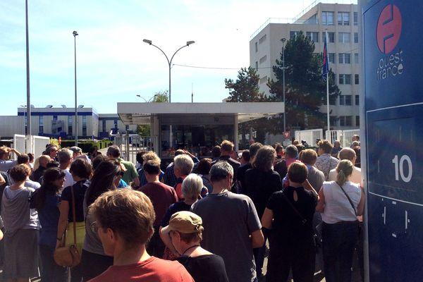 Les salariés de Ouest-France en grève, devant le siège social du groupe à Rennes Chantepie, le 17 septembre 2018