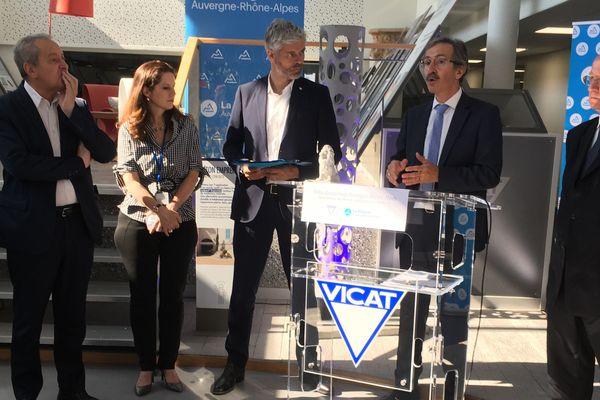 Laurent Wauquiez a annoncé sa stratégie pour encourager les relocalisation au sein de l'entreprise Vicat, qui ramène son siège social de Paris à à l'Isle-d'Abeau (Isère).