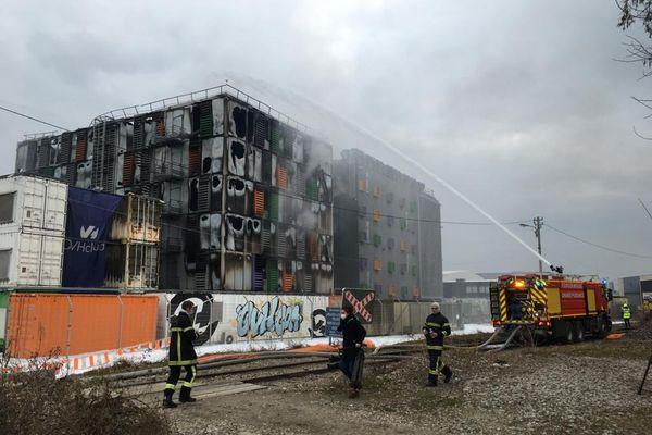 Les pompiers sont encore à pied d'œuvre, mercredi 10 mars 2021 à 7h du matin, pour éteindre l'incendie d'un data center (4165916)