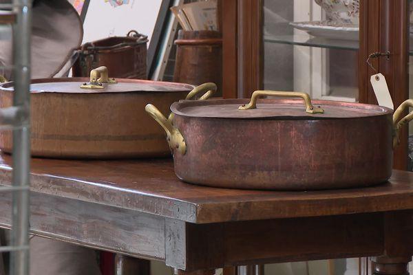 """Marmites en cuivre, services en porcelaine, bibliothèque culinaire.... Ce 24 février 2021, à l'hôtel des ventes du Marais de Saint-Etienne aura lieu une vente aux enchères des """"souvenirs d'un chef étoilé"""", et objets de l'ancienne auberge La Poularde de Montrond-les Bains."""