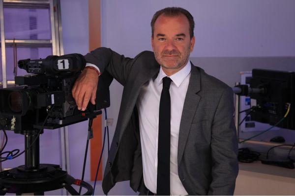 """""""La campagne est discrète et les électeurs sont accaparés par d'autres problèmes. Les candidats se servent beaucoup des réseaux sociaux, ils organisent des réunions en visio conférence avec des militants, pour nous c'est très compliqué à couvrir"""" raconte Xavier Rolland, rédacteur en chef de France 3 Rhône-Alpes."""
