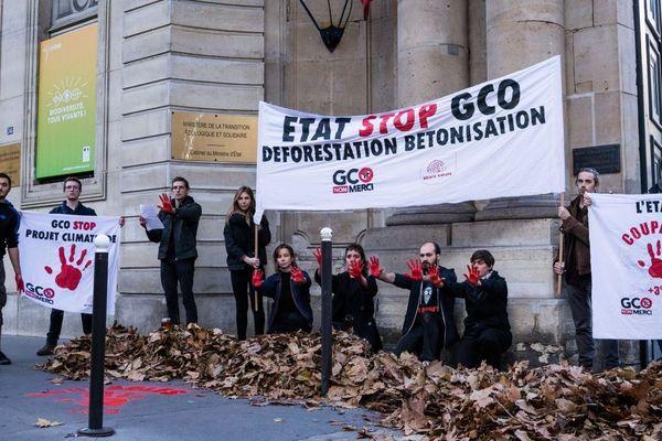 Les militants anti-GCO devant le ministère de l'Ecologie ce vendredi.