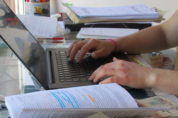 La préparation des cours se fait depuis la maison en inventant de nouveaux formats interactifs avec les élèves.