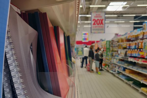 Rayon des fournitures scolaires dans un supermarché