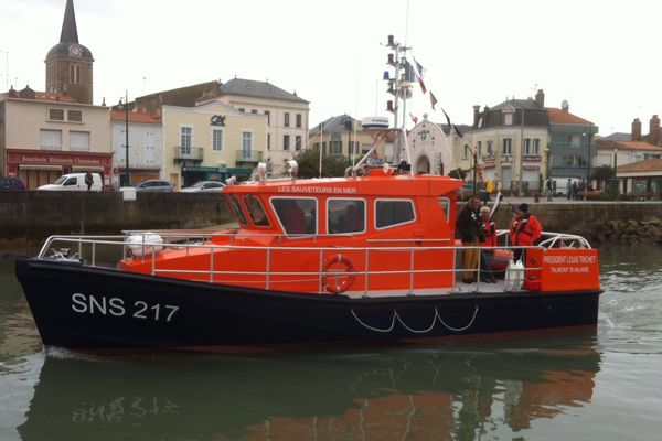 Le Président Louis Trichet nouveau canot de la SNSM quitte le port des Sables pour rejoindre Talmont-Saint-Hilaire son port d'attache