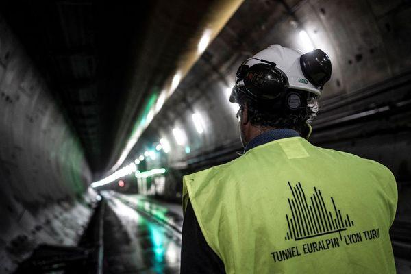 Un ouvrier qui travaille à la construction du tunnel, sur le site de Saint-Martin-la-Porte (Savoie) - Photo d'illustration