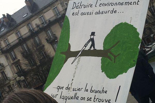 Quelques unes des pancartes des manifestants.