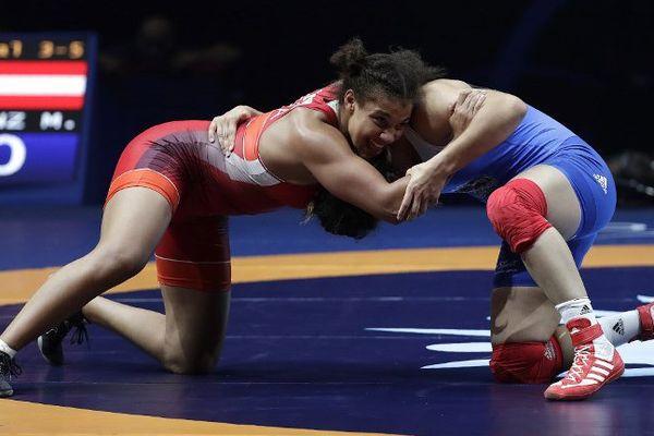 Koumba Larroque, à gauche, a remporté une large victoire lors de la petite finale des moins de 69 kg jeudi face à Martina Kuenz.