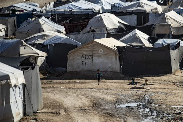 Le 17 février 2021, des enfants jouent entre les tentes du camp d'al-Hol géré par les Kurdes, qui abrite des proches présumés de combattants du groupe État islamique (EI), dans le gouvernorat de Hasakeh, dans le nord-est de la Syrie.