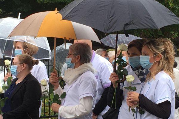 Des collègues de Christine Bailly, venues avec des roses blanches, devant l'Ehpad Stanislas de Wissembourg.
