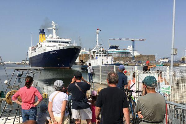 Le départ du paquebot Saga Pearl II du port de Saint-Nazaire suivi par les locaux