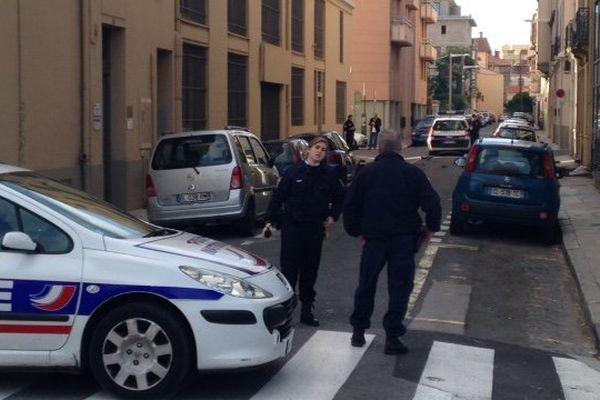 La rue Léon-Dieudé au centre de Perpignan a été fermée pour éviter que les passants ne soient blessés par les objets lancés depuis sa fenêtre par un jeune homme en crise de manque. - 3/01/2015