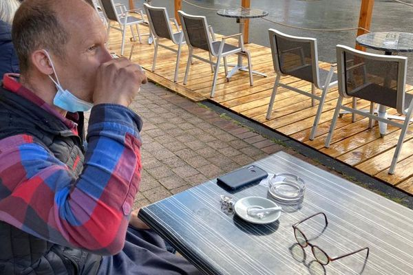 A Chamalières, près de Clermont-Ferrand, Pierre, maraîcher, était en terrasse dès 8 heures pour boire son café habituel.