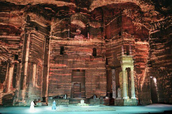 """Juillet 1997, l'opéra de Gaetano Donizzetti est donné en ouverture des Chorégies d'Orange. Pour la première fois les décors seront projetés sur """"le mur"""" qui fait office d'écran."""