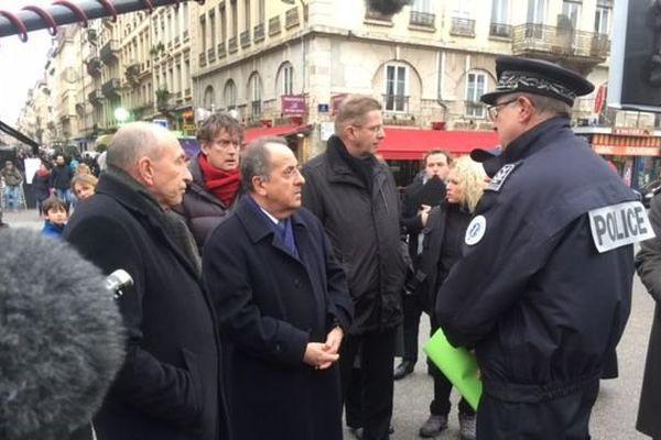 Le Préfet était entouré des responsables militaires et de la police nationale.