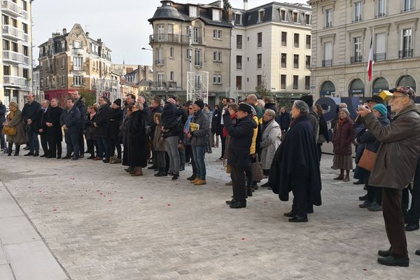 Sur le parvis de l'Hôtel de ville à Reims, environ 100 personnes ont observé une minute de silence en hommage aux victimes des attentats de janvier 2015.