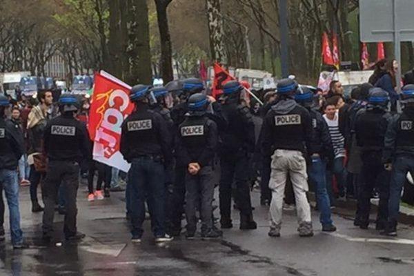 Des manifestants bloqués devant l'entrée du Double Mixte à la Doua (Villeurbanne) qui accueillait Pierre Gattaz, Président du Medef