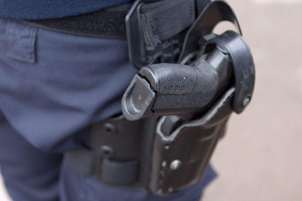 Une adjointe de sécurité (ADS) âgée de 29 ans a été blessée à la hanche et hospitalisée. Elle a été renversée par un homme de 19 ans, touché par un tir à l'épaule et au bras.