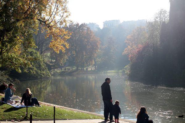 Le Parc des Buttes Chaumont, créé il y a 150 ans, est devenu un lieu emblématique de la flânerie parisienne.