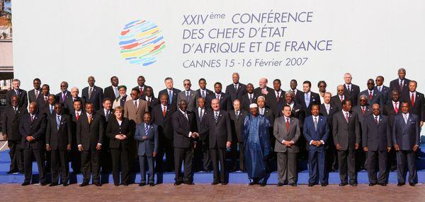 Les chefs d'Etat très nombreux autour de Jacques Chirac lors du 24ème sommet à Cannes en 2007.