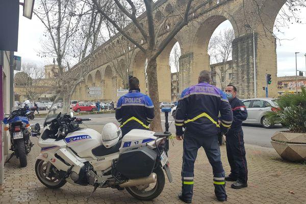 Des policiers mobilisés devant l'aqueduc des Arceaux à Montpellier ce 19 février.