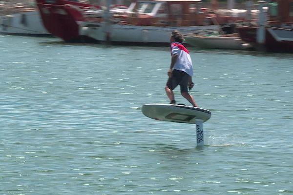 """Voler au-dessus de l'eau ? C'est possible avec le """"E-Foil"""", ce paddle innovant, développé par l'entreprise catalane Redwood Paddle - Juillet 2021."""