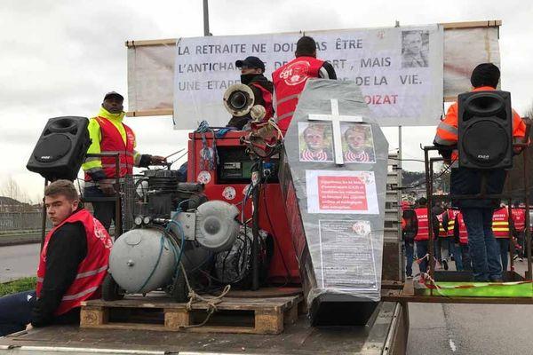 Les dockers ont préparé un convoi funèbre pour la manifestation à Rouen