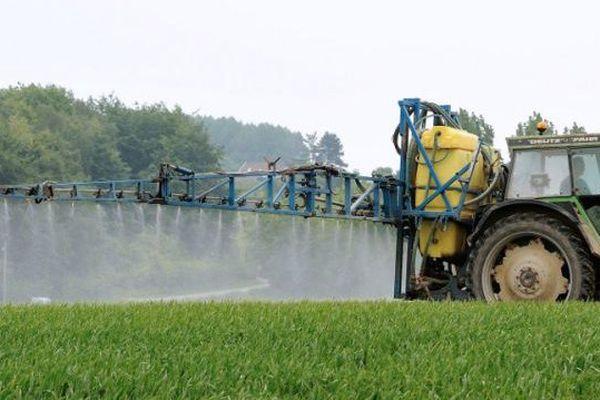 """""""Nous constatons que les agriculteurs sont masqués dans leur tracteur et que nous circulons nous sans protection."""" Madame Z dans le Cotentin"""