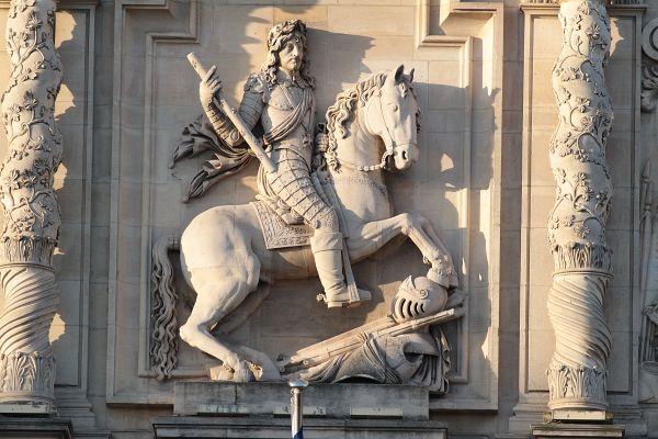 Sur le corps central du bâtiment, la statue équestre de Louis XIII a beaucoup souffert.