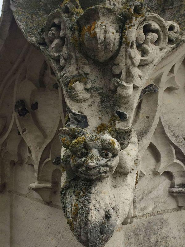 Sculpture dans les hauteurs l'église St Jacques.
