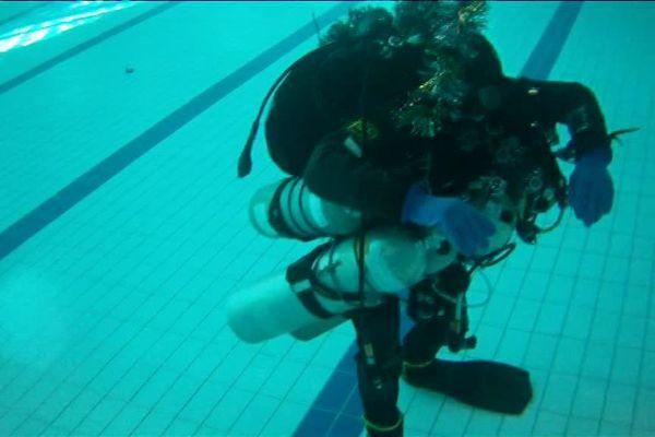 Tom Grundmann dans une piscine lors d'un record à Morzine, en Haute-Savoie