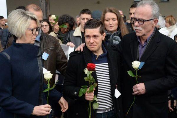 Le mari d'Alexia entouré de ses beaux-parents lors de la marche blanche le 8 novembre à Gray