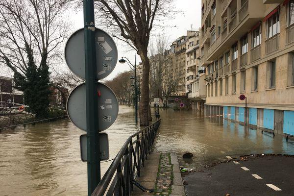 Le quai Louis Blériot dans le 16e est sous l'eau