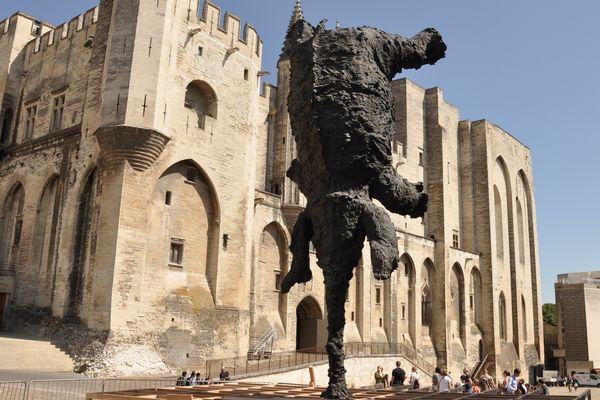 Ce grand éléphant, de Miguel Barcelo, a fait le pitre en 2010. Une nouvelle sculpture trône devant le palais depuis ce mercredi.