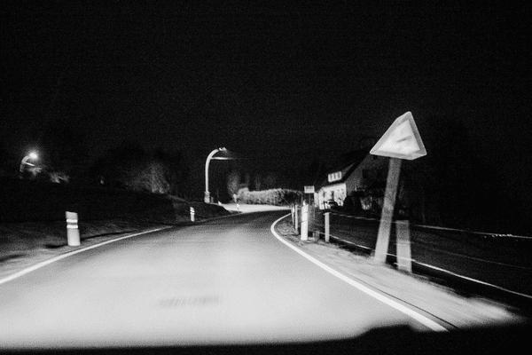 ILLUSTRATION de conduite de nuit