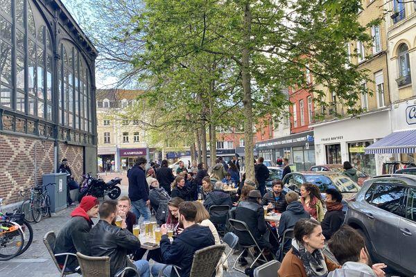 À 18 heures, les terrasses à Lille étaient pleines à craquer en ce premier jour de déconfinement.