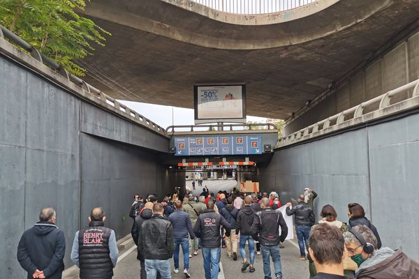Près de 200 personnes ont manifesté dans le tunnel Prado-Carénage pour protester contre la fermetures des bars, restaurants et salles de sport.