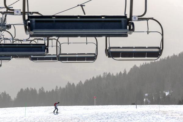 La station de ski du Semnoz, près d'Annecy (Haute-Savoie), le 24 février 2021 à l'heure de la fermeture des remontées mécaniques.