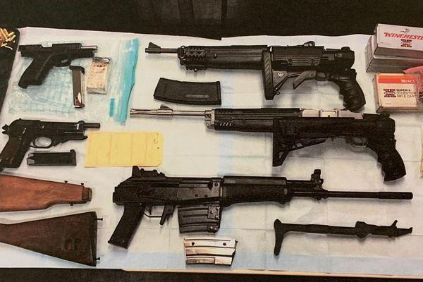 18 armes, dont 6 fusils d'assaut ont été saisies.