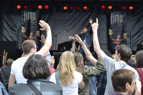 Le rappeur Humanist et son public au FIMU 2013