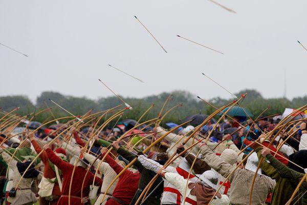 """Démonstration de """"long bow"""" à Azincourt, lors des reconstitutions de juillet 2015."""