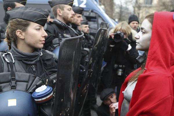 Face à face entre gendarmes et cinq femmes costumées en Marianne, samedi 15 décembre, sur les Champs Elysées lors de la manifestation des Gilets Jaunes.