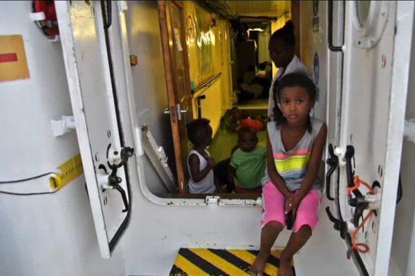 Une petite fille saine et sauve dans le bateau l'Aquarius, elle a été sauvée par l'Association SOS Méditerranée qui porte secours aux migrants en mer.