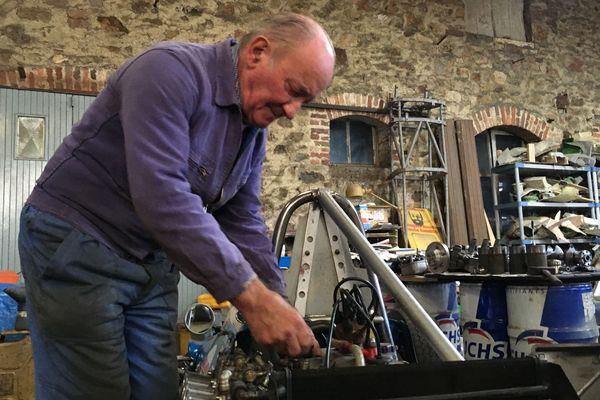 A 81 ans le mécano Jean Mercier prépare ses véhicules de course qu'il pilote partout en France et en Europe